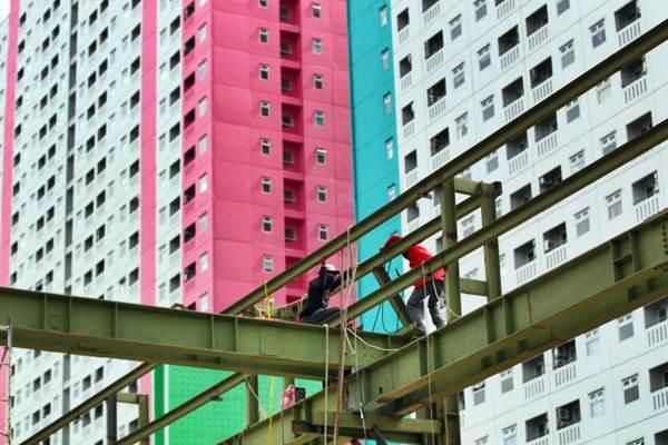 Pekerja beraktivitas di proyek pembangunan apartemen Green Pramuka City di Jakarta, Selasa (26/9). - JIBI/Dwi Prasetya