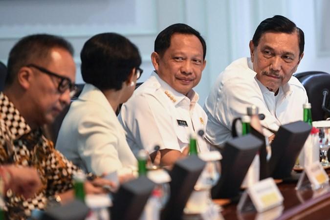 Menko Maritim dan Investasi Luhut Binsar Pandjaitan (kanan) berbincang dengan Mendagri Tito Karnavian (kedua kanan), Menlu Retno Marsudi (kedua kiri) dan Menteri Perindustrian Agus Gumiwang Kartasasmita (kiri) sebelum mengikuti rapat kabinet terbatas di Kantor Presiden, Jakarta, Rabu (30/10/2019). - ANTARA/Wahyu Putro A