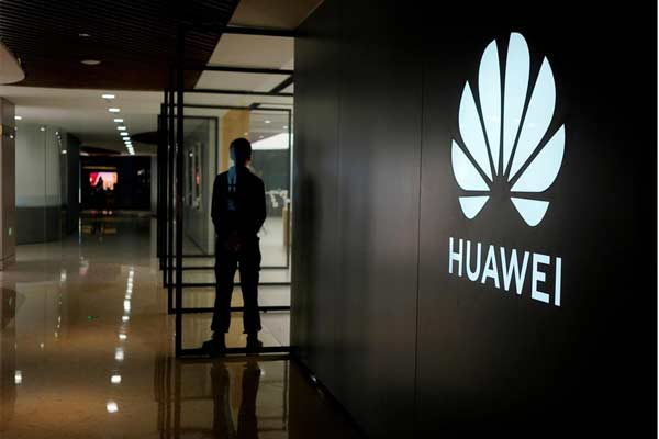 Logo perusahaan Huawei tampak di mal di Shanghai, China, 3 Juni 2019, - REUTERS