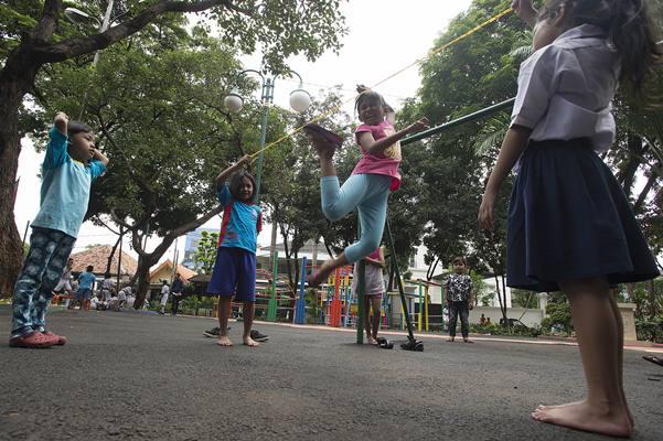 Sejumlah anak bermain permainan tradisional Lompat Karet di Ruang Publik Terpadu Ramah Anak (RPTRA) Amir Hamzah di Jalan Taman Amir Hamzah, Pegangsaan, Menteng, Jakarta Pusat - Antara/Widodo S. Jusuf