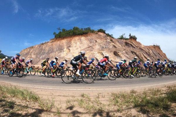 Para pembalap sepeda beradu cepat pada etape kelima Tour de Singkarak (TdS) 2019 di Payakumbuh, Sumatra Barat, Rabu (6/11/2019). - Antara/Wahdi Septiawan
