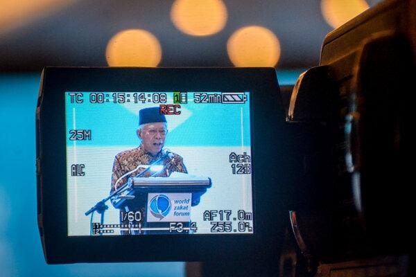 Tampilan layar Wakil Presiden Ma'ruf Amin memberikan kata sambutan sekaligus membuka World Zakat Forum di Bandung, Jawa Barat, Selasa (5/11/2019). World Zakat Forum yang diikuti oleh 30 negara di dunia itu bertujuan untuk membahas perkembangan zakat di dunia. - Antara/Raisan Al Farisi