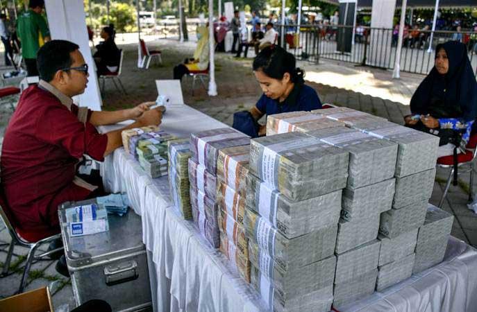 Warga menukarkan uang baru pada layanan kas keliling Bank Indonesia di Mataram, NTB, Kamis (16/5/2019). - ANTARA/Ahmad Subaidi