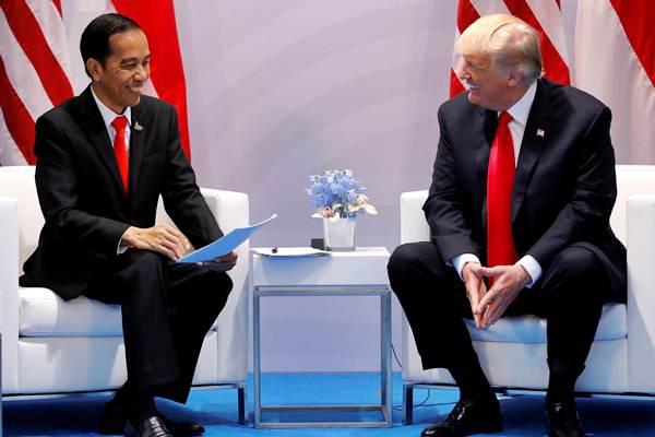 Presiden Joko Widodo (kiri) mengadakan pertemuan bilateral dengan Presiden Amerika Serikat Donald Trump di sela-sela KTT G20,  di Hamburg, Jerman, Sabtu (8/7) siang waktu setempat. - REUTERS/Carlos Barria