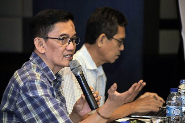 Pengamat Ekonomi Energi UGM Fahmy Radhi (kiri) didampingi Direktur Eksekutif Indonesia Resources Studies Marwan Batubara memberi paparan dalam diskusi publik bertajuk