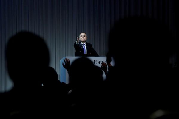 Chief Executive SoftBank Group Corp Masayoshi Son menjawab pertanyaan wartawan dalam sebuah konferensi pers di Tokyo, Jepang, Senin (5/11/2018). - Reuters/Kim Kyung/Hoon