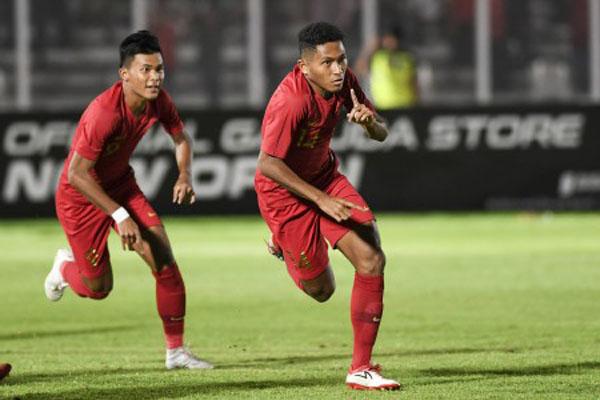 Penyerang Timnas Indonesia U-19 Muhammad Fajar Fathur Rachman (kanan) merayakan golnya ke gawang Timor Leste U-19 bersama Sutan Diego Zico. - Antara/Hafidz Mubarak