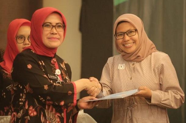 Kepala Disdagin Kota Bandung Elly Wasliah (kiri) - Bisnis/Dea Andriyawan