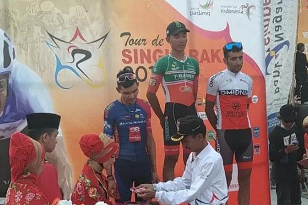 Tiga pe,balap tercepat etape VI. Pembalap Filipina Rustom Lim dari tim 7eleven CliQQ - Air21 by Roadbike Philippines menjadi yang tercepat. - Antara/Miko Elfisha