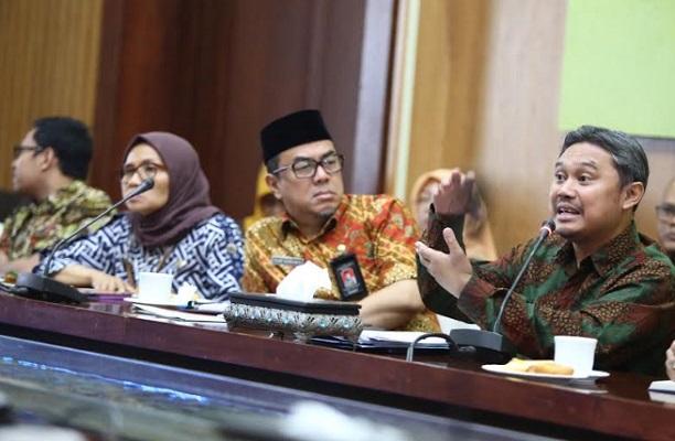 Pejabat Sementara (Pjs) Direktur Utama PD. Kebersihan Kota Bandung, Gungun Saptari Hidayat (kanan) - Bisnis/Dea Andriyawan