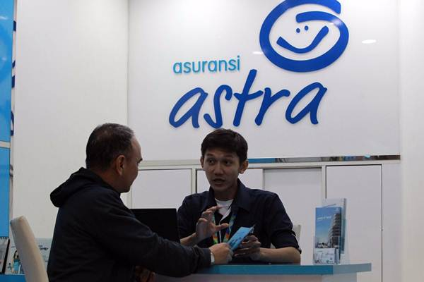 Petugas memberi penjelasan kepada pengunjung di Garda Center Asuransi Astra. - JIBI/Dwi Prasetya