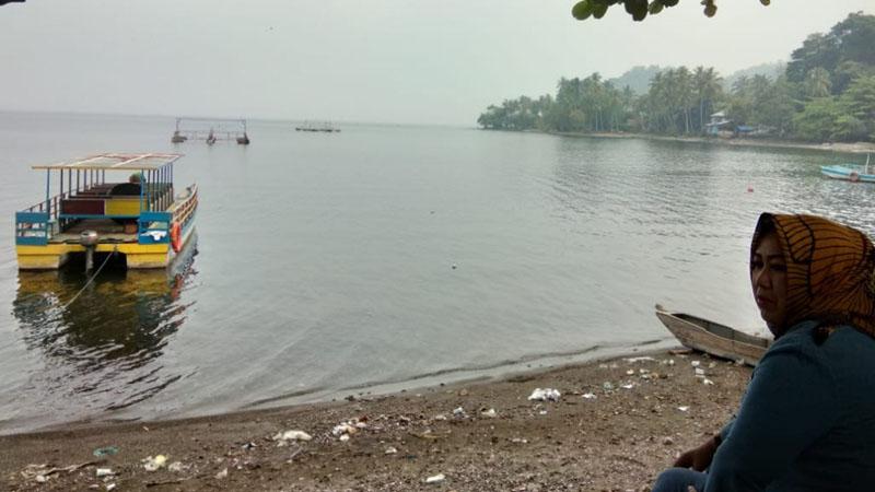 Seorang wisatawan menikmati keindahan Danau Singkarak di Sumatra Barat. Danau ini merupakan salah satu destinasi wisata yang terus diangkat ke kancah internasional termasuk melalui gelaran balap sepeda Tour de Singkarak yang tengah berlangsung. - Bisnis/M. Syahran W. Lubis