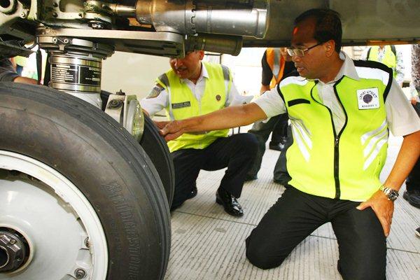 Menteri Perhubungan Budi Karya Sumadi (kanan) memeriksa kondisi ban pesawat saat melakukan pengecekan persiapan pengoperasian Terminal Tiga Internasional Bandara Soekarno Hatta, Tangerang, Banten, Jumat (14/4). - Antara/Muhammad Iqbal
