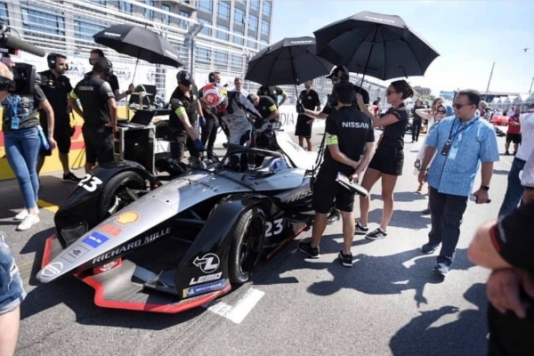 Gubernur DKI Jakarta Anies Baswedan saat melihat mobil Formula E - Instagram
