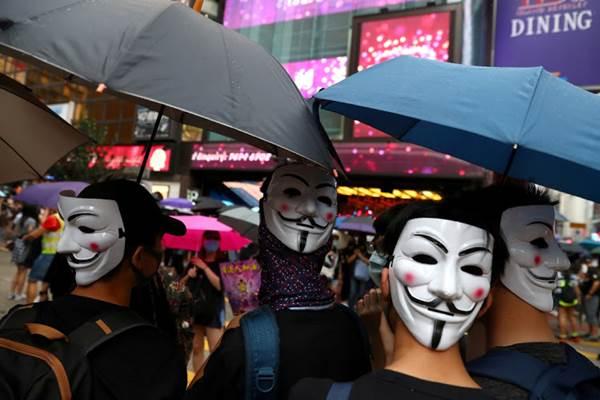 Pengunjuk rasa mengenakan topeng saat berdemo di Hong Kong, China, 6 Oktober 2019. - REUTERS/Athit Perawongmetha