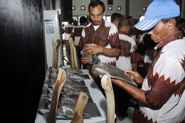 Petani mengamati cangkul seusai acara sosialisasi pemenuhan kebutuhan bahan baku dan alat perkakas pertanian dalam negeri di Balai Pengembangan Industri Persepatuan Indonesia di Tanggulangin, Sidoarjo, Jawa Timur - Antara/Umarul Faruq