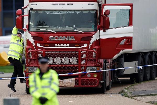 Polisi memeriksa trailer yang menjadi lokasi ditemukannya 39 jenazah di Grays, Essex, Inggris, Rabu (23/10/2019). - Reuters/Peter Nicholls