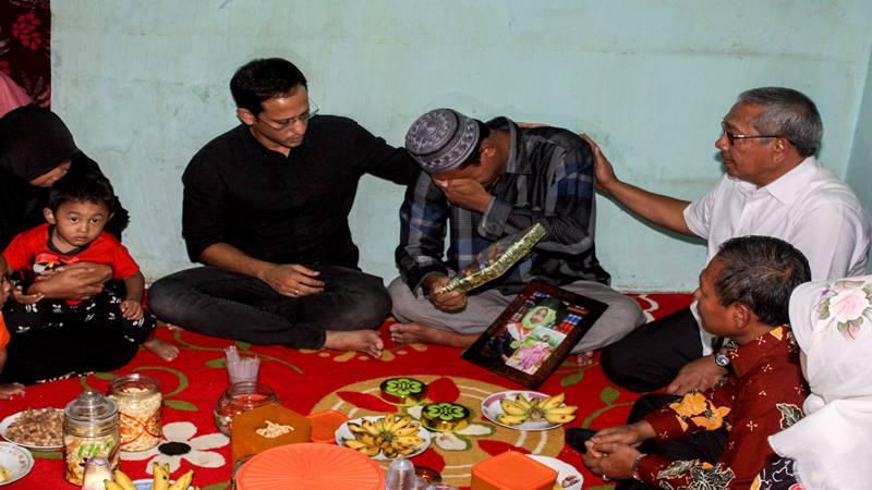 Menteri Pendidikan dan Kebudayaan Nadiem Makarim (tengah) mengunjungi keluarga Irza Almira, siswi yang meninggal akibat ambuknya atap Sekolah Dasar (SD) Negeri Gentong di Pasuruan, Jawa Timur Kamis (5/11/2019). - Antara