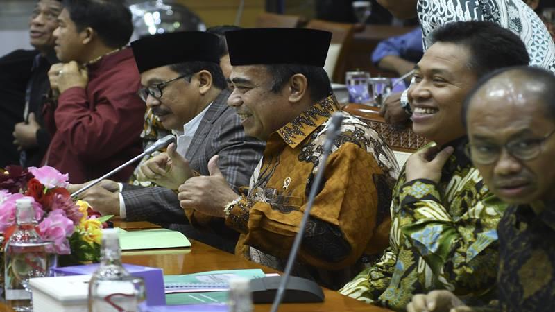 Menteri Agama Fachrul Razi (tengah) mengikuti rapat kerja dengan Komisi VIII DPR di Kompleks Parlemen, Senayan, Jakarta, Kamis (7/11/2019). Rapat kerja tersebut membahas evaluasi program dan rencana program prioritas di Kementerian Agama tahun 2020. - Antara