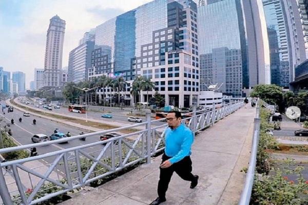Atap JPO Sudirman dibongkar agar warga bisa menikmati pemandangan di Ibu Kota - Instagram @aniesbaswedan @