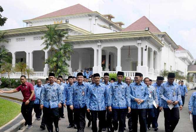 Presiden Joko Widodo (tengah) berjalan bersama anggota Korps Pegawai Republik Indonesia (Korpri) usai membuka Rakernas Korpri 2019 di Istana Merdeka, Jakarta, Selasa (26/2/2019). - ANTARA FOTO/Akbar Nugroho Gumay