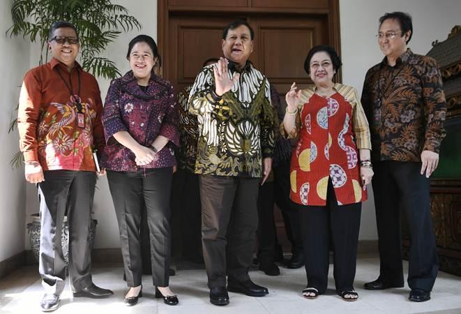 Ketua Umum PDI Perjuangan Megawati Soekarnoputri (kedua kanan) didampingi Puan Maharani (kedua kiri), Prananda Prabowo (kanan) serta Sekjen PDI Perjuangan Hasto Kristianto (kiri) menerima Ketua Umum Partai Gerindra Prabowo Subianto (tengah) di kediaman Jalan Teuku Umar, Jakarta, Rabu (24/7/2019). - ANTARA FOTO/Puspa Perwitasari
