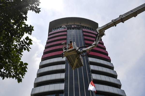Petugas pemadam kebakaran mengevakuasi korban saat simulasi penanggulangan kebakaran di gedung KPK, Jakarta, Jumat (14/9). Kegiatan tersebut untuk meningkatkan kesiapsiagaan sekaligus edukasi jika terjadi kebakaran di gedung lembaga antirasuah itu. - Antara