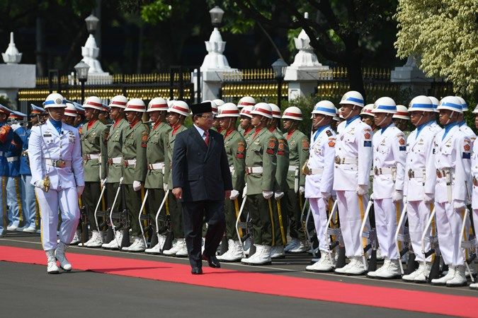 Menteri Pertahanan Prabowo Subianto (kedua kiri) menginspeksi pasukan saat upacara penyambutan di Kantor Kementerian Pertahanan, Jakarta, Kamis (24/10/2019). - Antara/M Risyal Hidayat