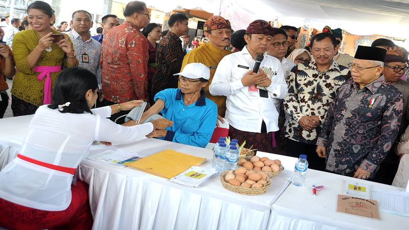 Wakil Presiden Ma'ruf Amin (kanan) didampingi Menteri Kesehatan Terawan Agus Putranto (kedua kanan) mengamati pelayanan kesehatan di Posyandu Desa Pecatu, Badung, Bali, Kamis (31/10/2019). - Antara