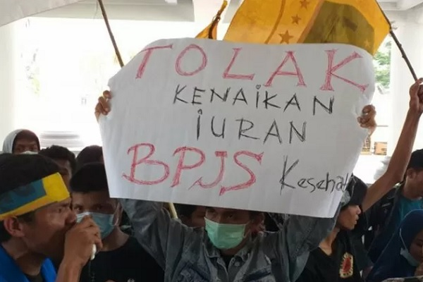 Arsip-Mahasiswa yang tergabung dalam PMII Manado berorasi tolak kenaikan iuran BPJS Kesehatan di depan lobi kantor gubernur. - Antara