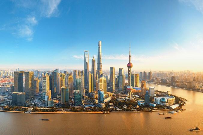 Gedung pencakar lanagit di Shanghai, China. - Reuters