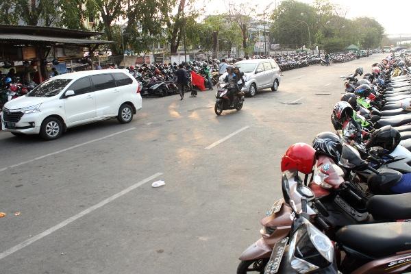 Sejumlah kendaraan motor terparkir di area Terminal bayangan Stasiun Bekasi, di Bekasi, Jawa Barat, Jumat (20/9/2019). - ANTARA FOTO/Risky Andrianto