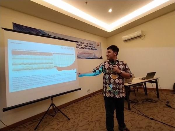 GM of Corporate Communication PT Semen Indonesia Tbk, Sigit Wahono saat paparan kinerja Semen Indonesia dalam Media Fun Trip di Bali, Jumat (8/11/2019). - Bisnis/Peni Widarti