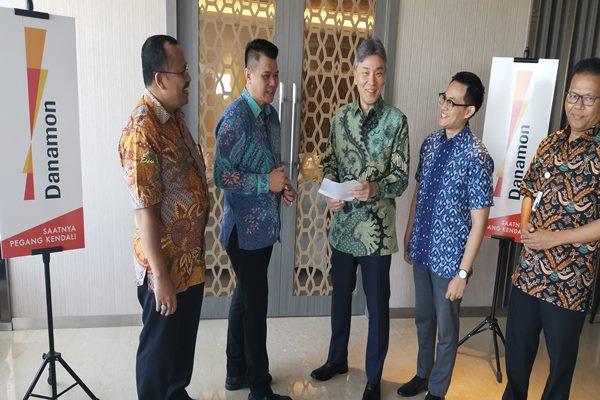 Direktur Utama Bank Danamon, Yasushi Itagaki (tengah), berbincang dengan Regional Head Sales and Distribution Bank Danamon Regional Sulampua, Hengky Tanring (kedua dari kanan) saat kunjungan bisnis di Makassar.