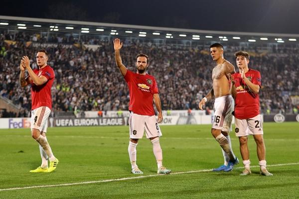 Marcus Rojo (dua kanan) bersama pemain Manchester United - Reuters