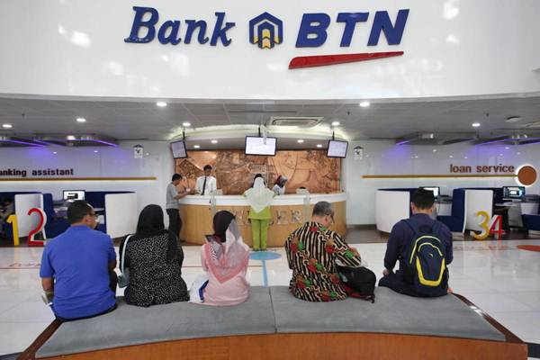 Aktivitas layanan nasabah di kantor PT Bank Tabungan Negara Tbk (BTN) di Jakarta - Bisnis/Dedi Gunawan