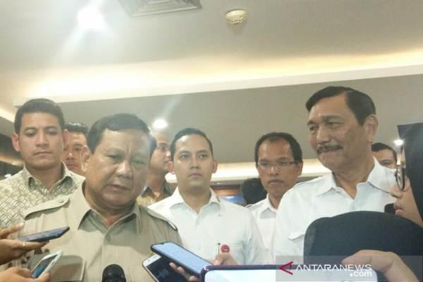 Menteri Pertahanan Prabowo Subianto dan Menko Kemaritiman dan Investasi Luhut Binsar Pandjaitan memberikan keterangan seusai pertemuan di Jakarta, Kamis (7/11/2019). - ANTARA/Ade Irma Junida