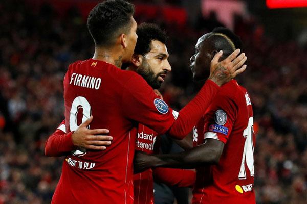 Trio andalan lini depan Liverpool (dari kiri ke kanan) Roberto Firmino, Mohamed Salah, dan Sadio Mane. - Reuters/Jason Cairnduff