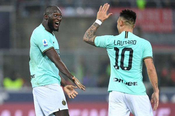 Duet penjyerang andalan Inter Milan, Romelu Lukaku (kiri) dan Lautaro Martinez. - Reuters/Jennifer Lorenzini
