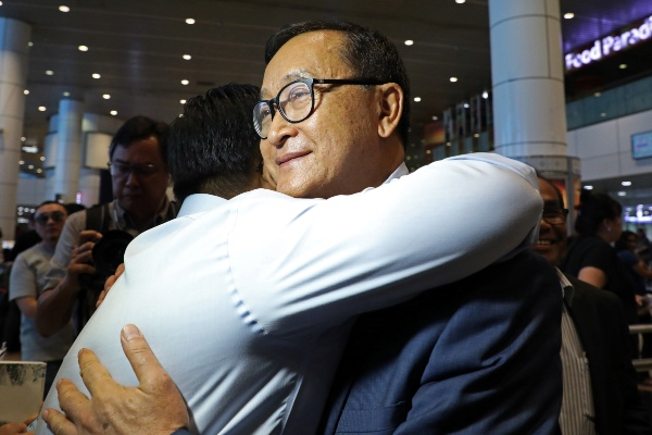 Sam Rainsy, pemimpin oposisi Kamboja, memeluk pendukungnya setelah mendarat di Kuala Lumpur International Airport di Kuala Lumpur, Malaysia usai terbang dari Prancis, Sabtu (9/11/2019). - Reuters/Lim Huey Teng