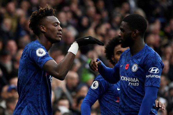 Tammy Abraham (kiri) merayakan golnya untuk Chelsea ke gawang Crystal Palace bersama Fikayo Tomori. - Reuters