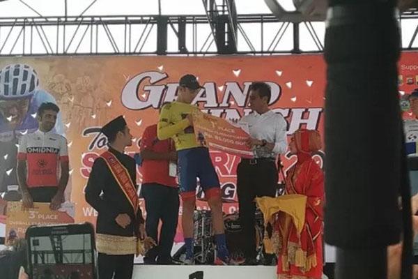 Jesse Ewart tampil di podium sebagai juara Tour de Singkarak 2019. - Antara/Miko Elfisha