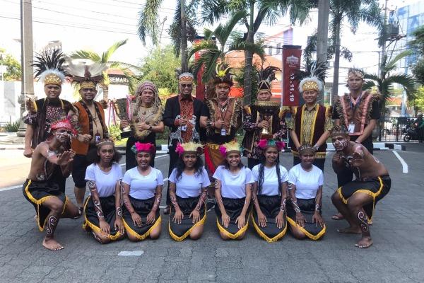 Direktur Utama Bank Jateng Supriyatno (tengah) berfoto bersama usai melakukan upacara Hari Pahlawan di Kantor Pusat Bank Jateng, Jalan Pemuda, Semarang, Minggu (10/11/2019). - Istimewa