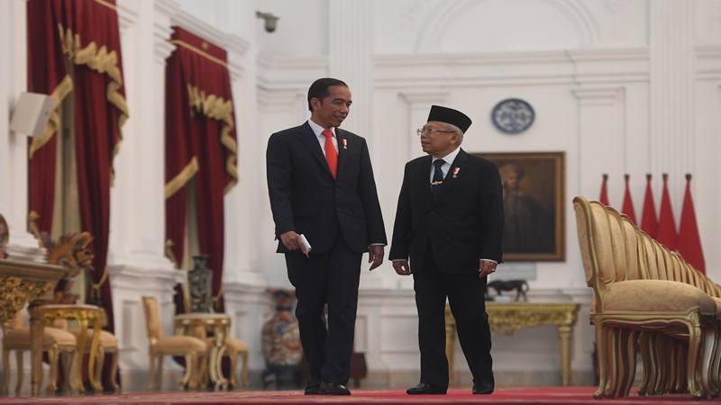 Presiden Joko Widodo (kiri) berbincang dengan Wakil Presiden Ma'ruf Amin. - Antara