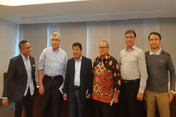 (kiri ke kanan) Ketua AFPI Adrian Gunadi, Kepala Eksekutif Industri Keuangan Non-Bank OJK Riswinandi, Anggota Komisi XI Andreas Susetyo, Mantan Wakil Ketua Dewan Komisioner OJK Rahmat Waluyanto, Direktur Pengaturan Perizinan dan Pengawasan Fintech OJK Hendrikus Passagi OJK, dan ekonom INDEF Izzudin Al Farras dalam acara Ulang Tahun AFPI, Senin (11/11)./ - JIBI/Nindya Aldila
