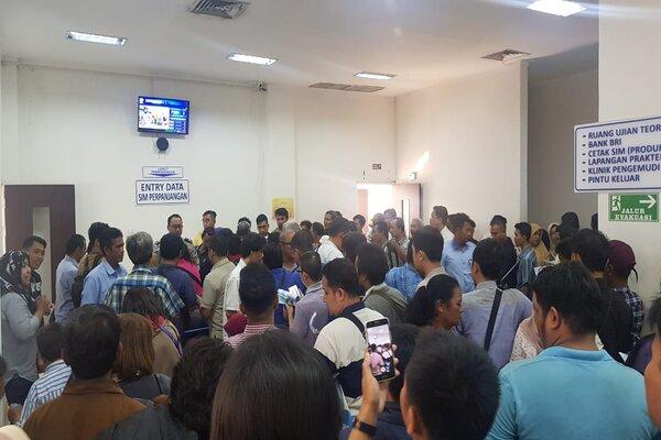 Suasana protes para pemohon perpanjangan SIM di Satpas Colombo Satlantas Polrestabes Surabaya, Senin (11/11/2019). - Bisnis/Peni Widarti