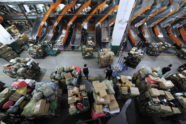 Pekerja menyortir paket di pusat logistik layanan pos menyambut festival hari belanja online di Nanjing, Provinsi Jiangsu, China pada 10 November 2019 - Reuters/Stringer