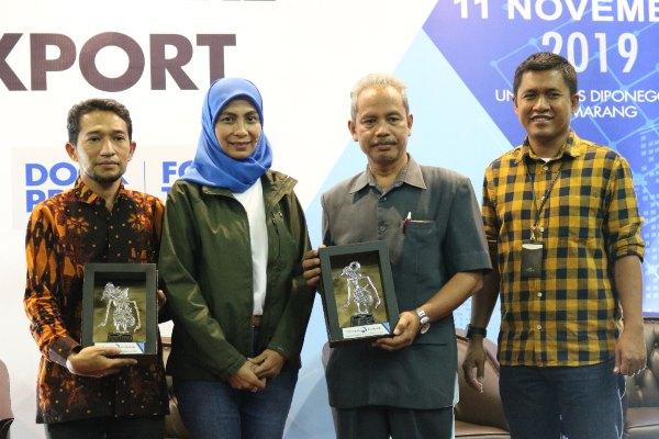 Direktur Eksekutif LPEI Sinthya Roesly (kedua kiri), bersama dengan Kepala Bagian Tata Usaha Fakultas Ekonomi dan Bisnis Universitas Diponegoro Moh. Asrifan (ketiga kiri), Pemilik Kopi Giras Tarmudi (kiri), dan moderator Pemimpin Redaksi Harian Bisnis Indonesia Hery Trianto, berfoto bersama setelah talkshow dalam acara IEB Goes to Campus di Kampus Undip, Semarang, pada Senin (11/11 - 2019).