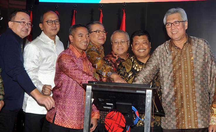 rhenald kasali, Ketua Umum AFPI Adrian Gunadi (ketiga kiri), Kepala Eksekutif IKNB OJK Riswinandi (kanan), jajaran Dewan Penasehat Asosiasi Fintech Pendanaan Indonesia (AFPI) dan Ketua Umum Kadin Rosan P Roeslani (kedua kiri), menekan tombol bersama saat peresmian wadah perusahaan pendanaan online AFPI, di Jakarta, Jumat (8/3/2019). - ANTARA/Audy Alwi