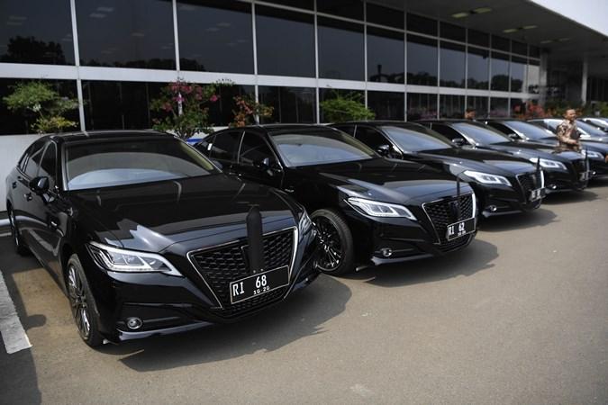 Pegawai melintasi deretan kendaraan dinas pimpinan parlemen, Toyota Crown 2.5 HV G-Executive di Kompleks Parlemen, Senayan, Jakarta, Selasa (29/10/19). Sebanyak 19 pimpinan DPR, MPR dan DPD mendapat fasilitas mobil dinas baru. - ANTARAPuspa Perwitasari